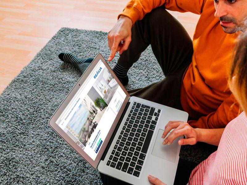 Pareja comprando casa online